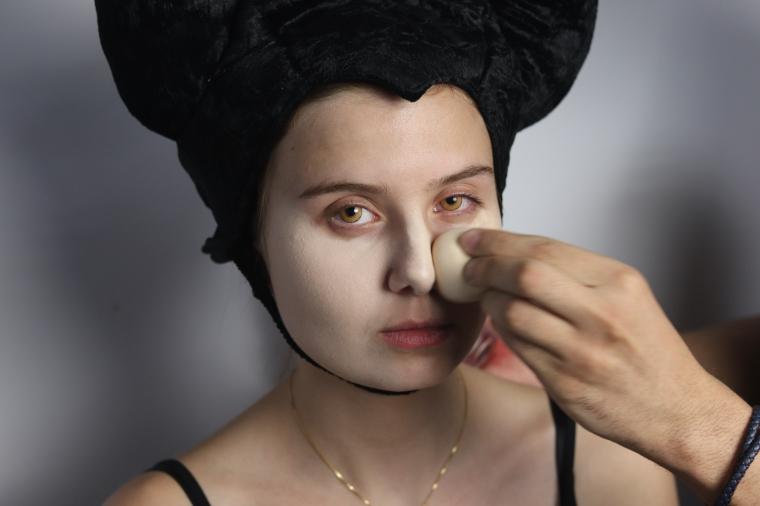 Aplica Base e Corretivo Maquiagem Malévola Halloween